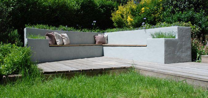Betonnen bank met ingebouwde plantenbakken en steigerhouten zitting   Outdoor furniture