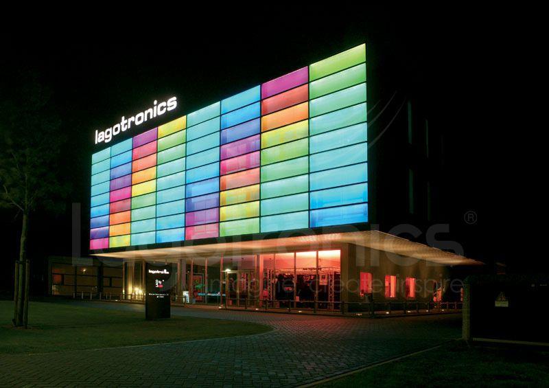 Facade Lagotronics BV kantoor in Venlo. Panelen met LED verlichting ...
