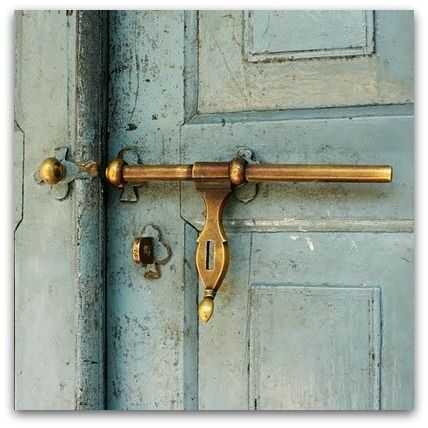 old doorknob via http://artnlight.blogspot.com.br/