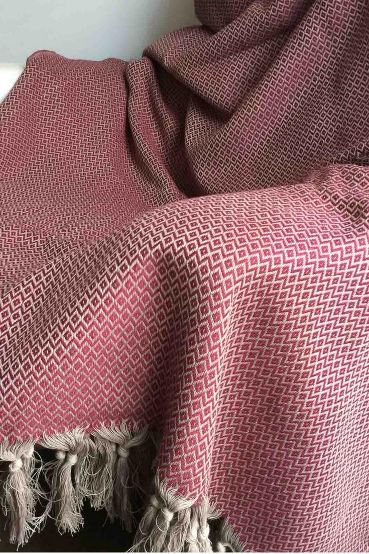 Grote rode plaid van katoen. Deze donkerrode plaid of grand foulard is  gemaakt van heerlijk f013aac73fa