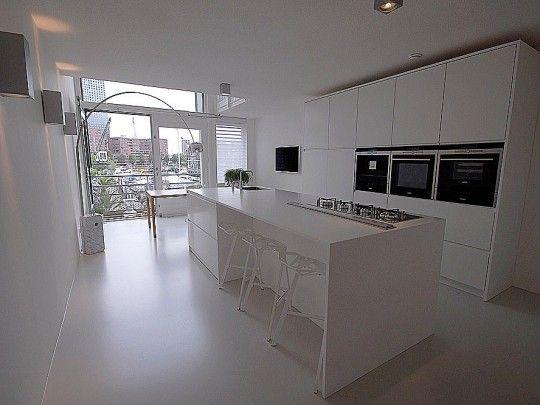 Minimalistisch interieur met design klassiekers | witte design ...