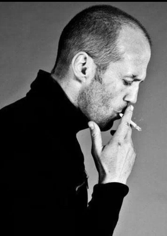 Jason Statham sigara içerken (veya esrar)