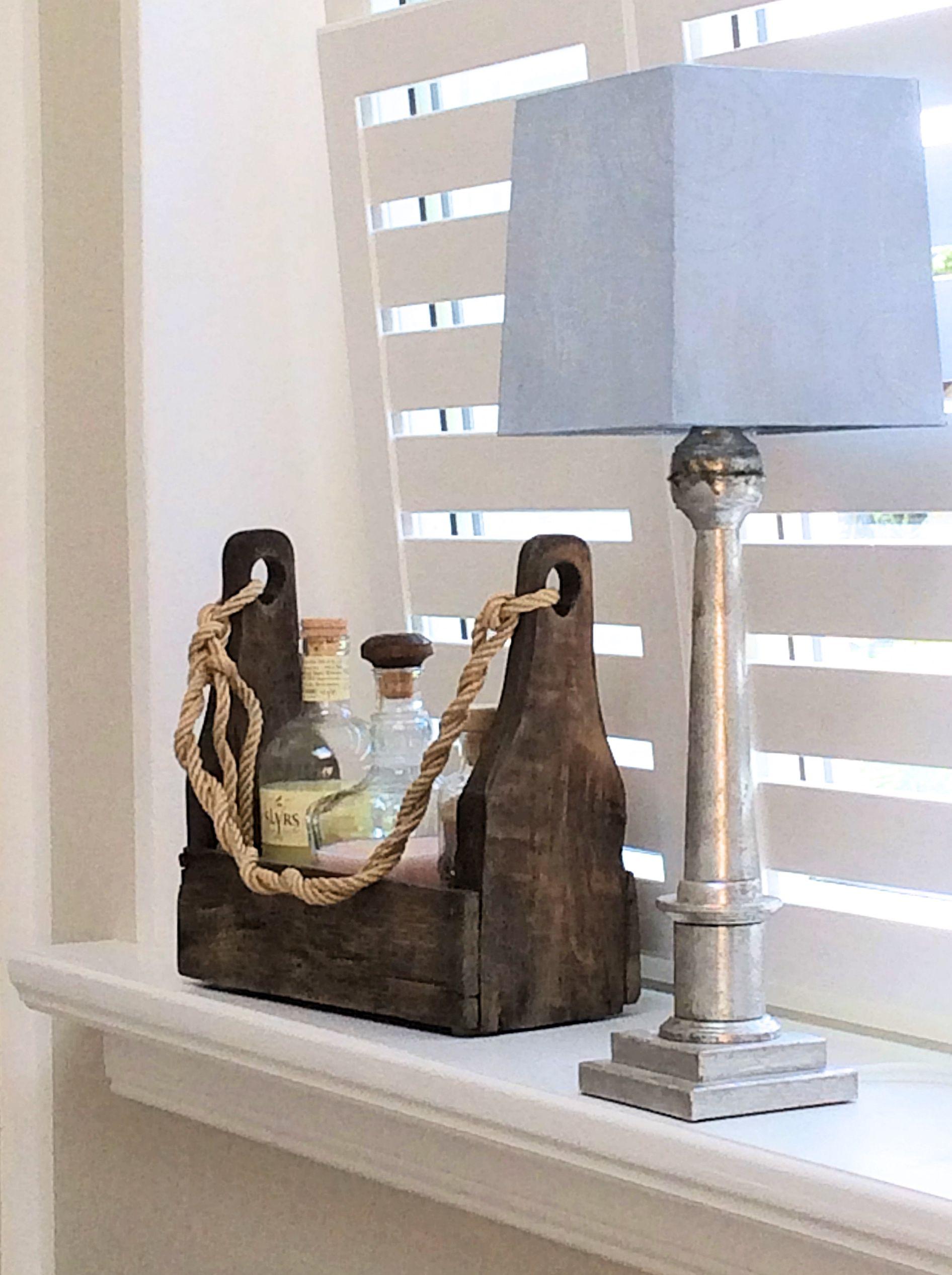 Lampenfuß mit Blattsilber und mit handgewischtem Lampenschirm. Eine ...