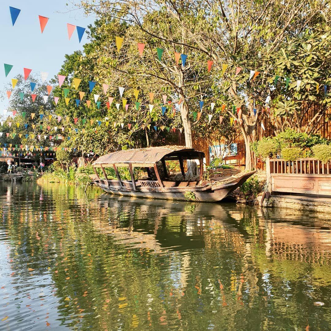 The floating market of Ayutthaya 🛶🌺 . . . . . . . .  #thailand #ayutthaya #travelthailand #instatravel #travelgram #tr...