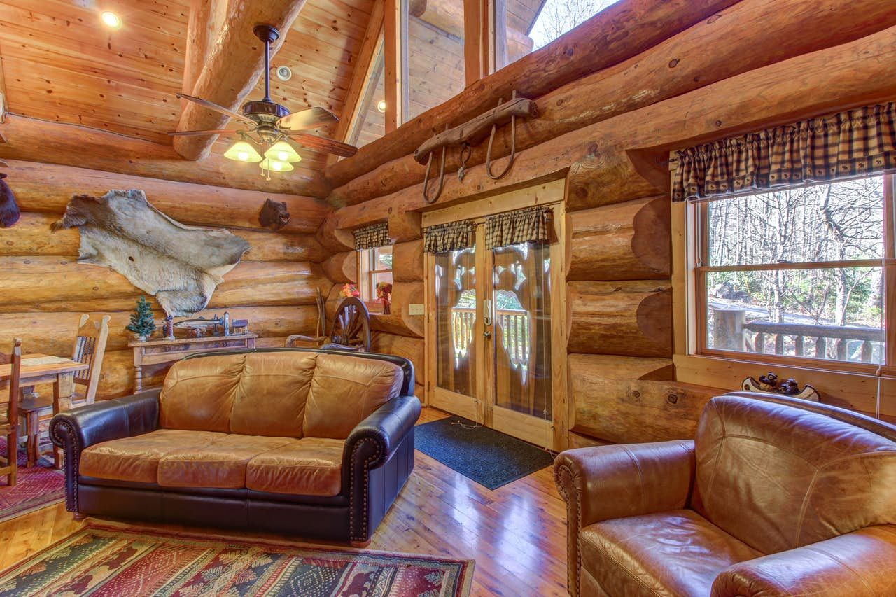 Chief Big Log Cabin 2 Bd Vacation Rental In Sevierville Tn Vacasa In 2020 Cabin Style House Styles Wooden Cabins