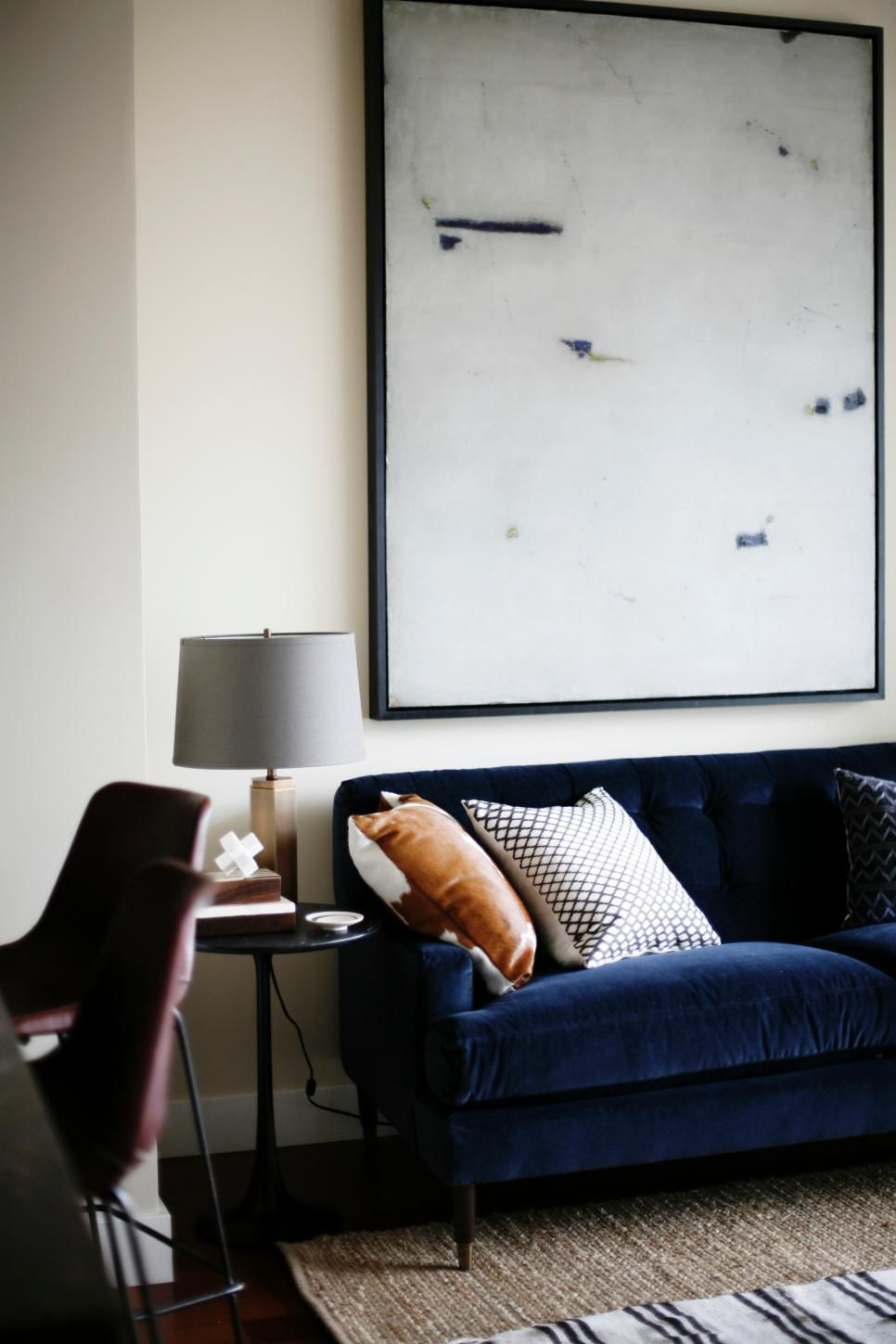 This Bright Living Space With Contemporary And Midcentury Modern Influence Features A Navy Blue Blue Couch Living Room Blue Couch Living Blue Sofas Living Room