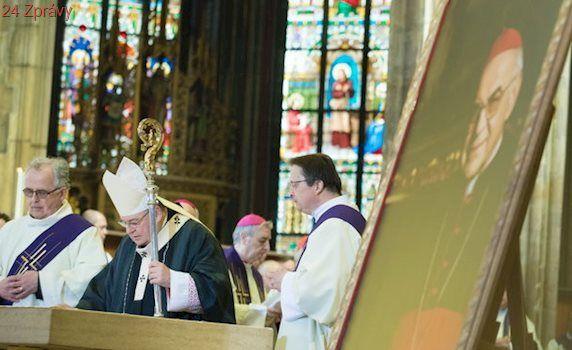 Česko se loučilo s kardinálem Vlkem. Na pohřeb přišly tisíce lidí