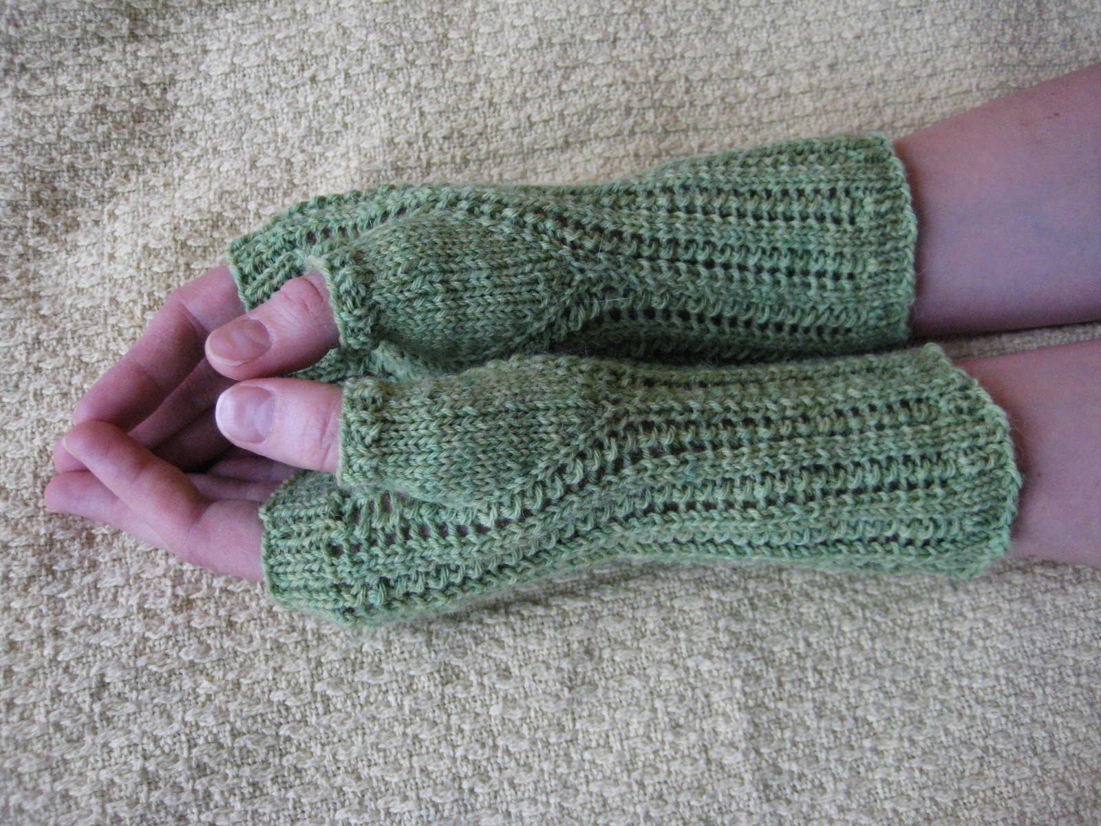 Razor shell fingerless gloves balls to the walls knits a free knitting pattern fingerless gloves berroco ultra alpaca fine bankloansurffo Image collections