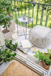 Vue de dessus du balcon avec des lumières, des plantes fraîches, une tasse de ...#avec #balcon #des #dessus #fraîches #lumières #plantes #tasse #une #vue