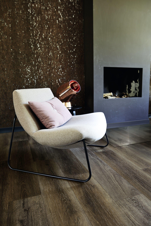 Lounge Stoel Eames.Lounge Stoel In Een Sober Interieur Laminaat Woonkamer Laminaat