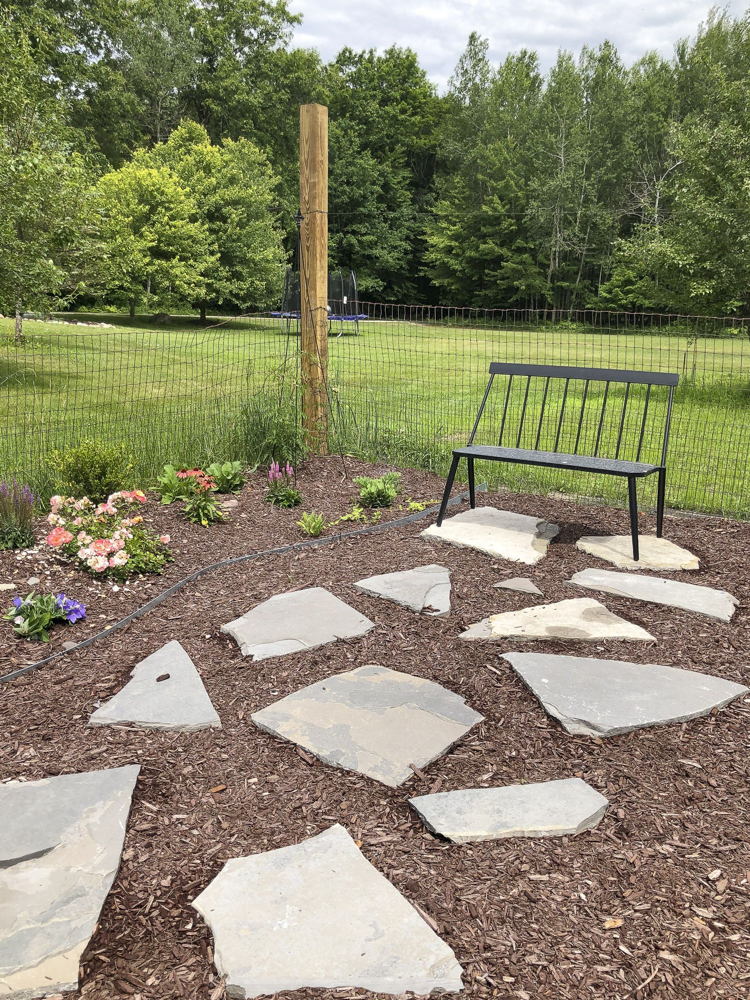 How To Lay A Flagstone Pathway Flagstone Pathway Landscape Pavers Outdoor Landscaping