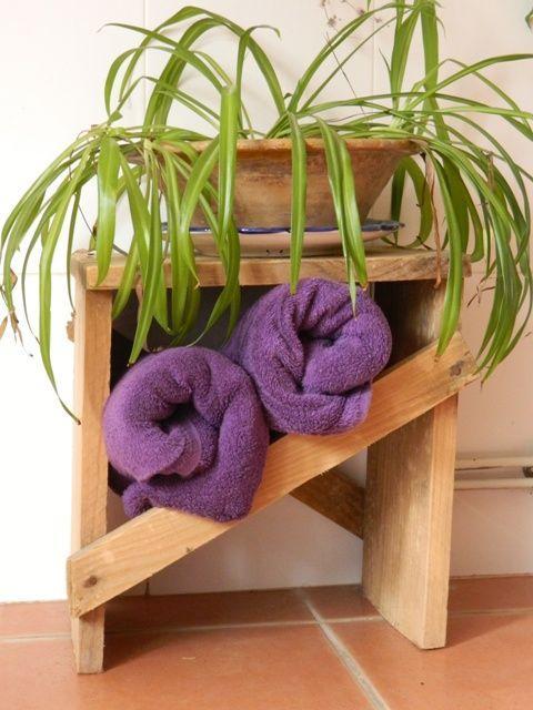 Este taburete ya sirve de toallero en uno de nuestros cuartos de baño.