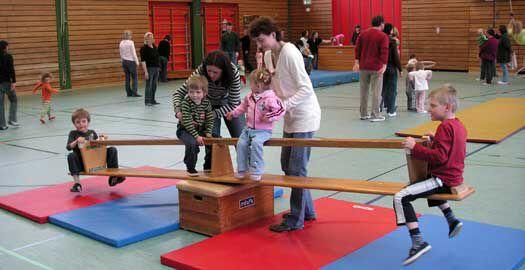 wippe langbank kinderturnen pinterest turnen mit kindern kinderturnen und sportunterricht. Black Bedroom Furniture Sets. Home Design Ideas