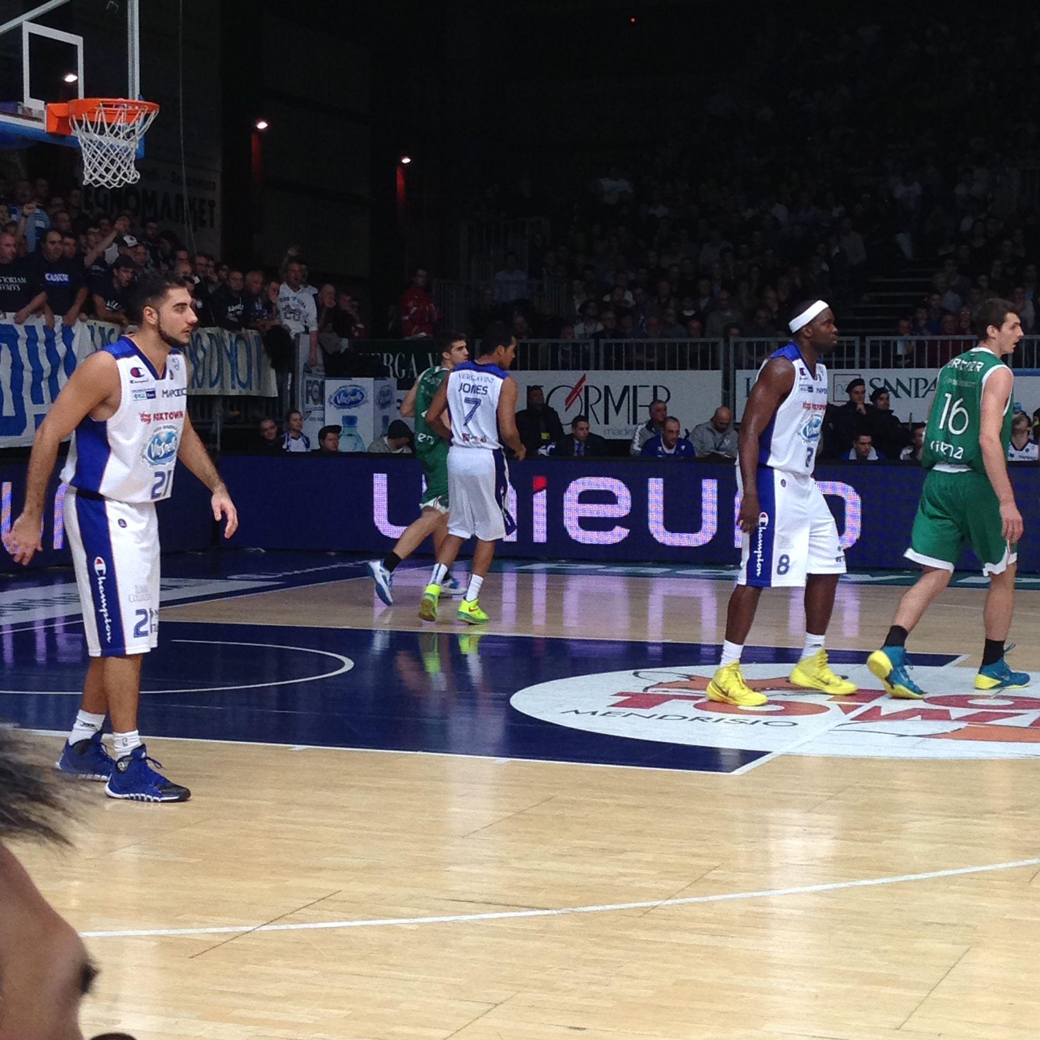 Pallacanestro Cantù - Montepaschi Siena. La prima partita con la maglia targata Acqua Vitasnella si conclude con un grande successo per i ragazzi della Pallacanestro Cantù.