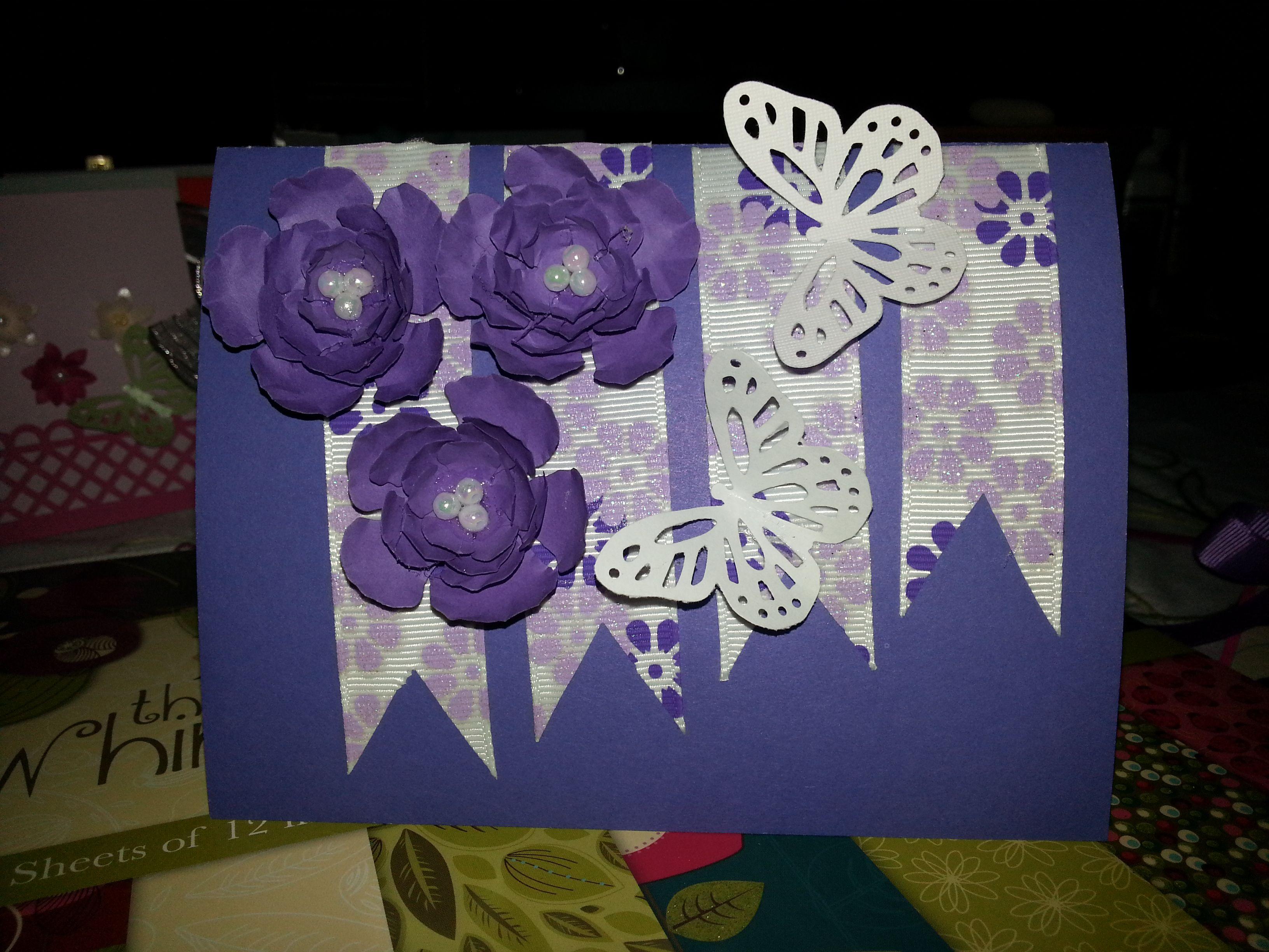 Tarjeta realizada con cintas y flores.