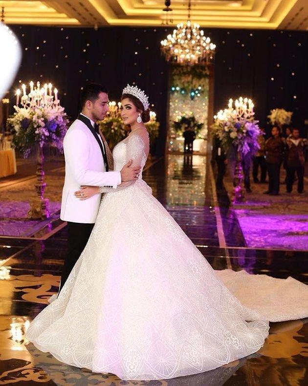 Mirip Kareena Kapoor Tania Nadira Tampil Mewah Dengan Gaun Bak Ratu Di Malam Resepsi Kapanlagi Com Resepsi Pernikahan Fotografer
