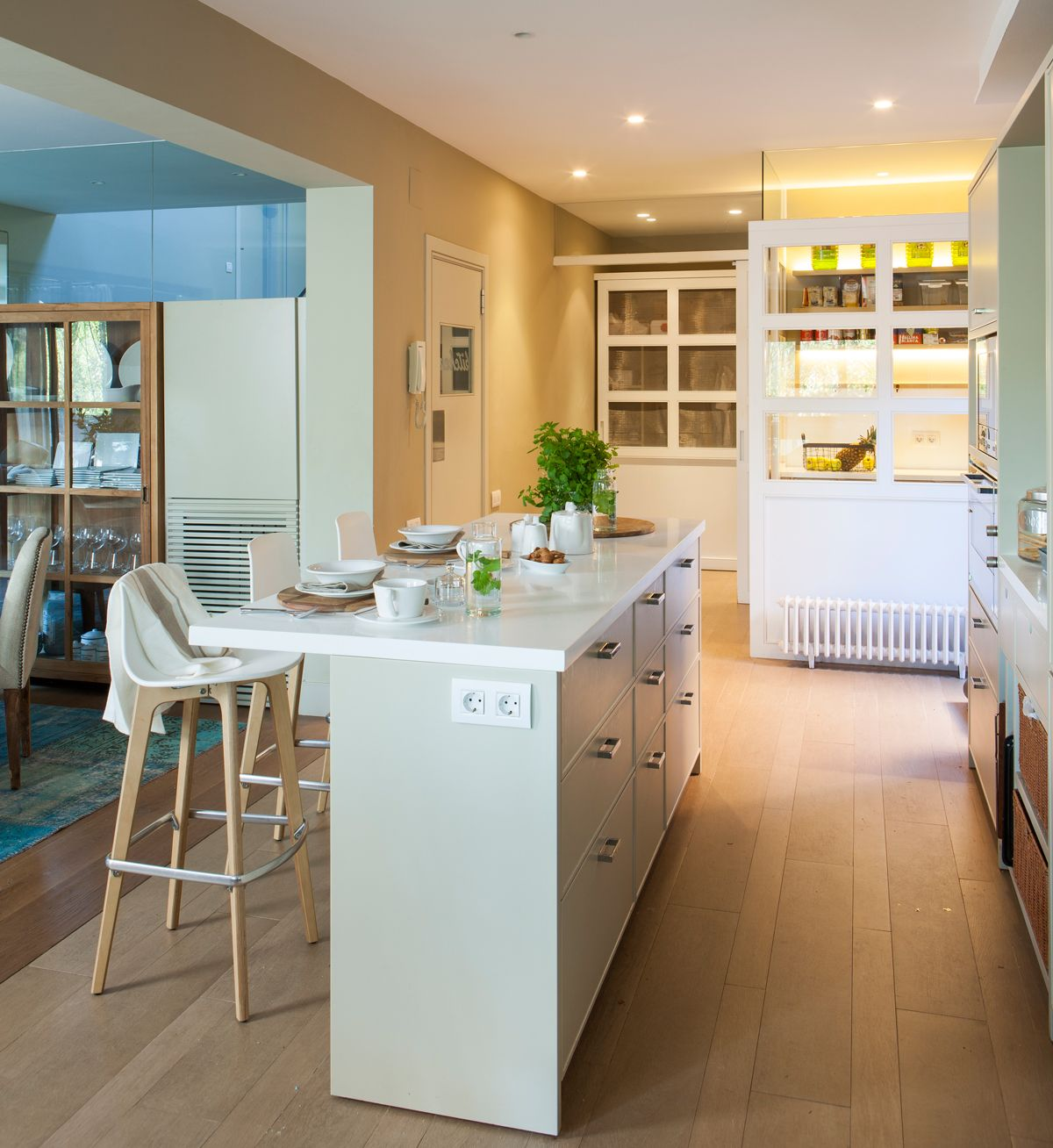 Cocina en blanco con isla estrecha y office al fondo 00400784