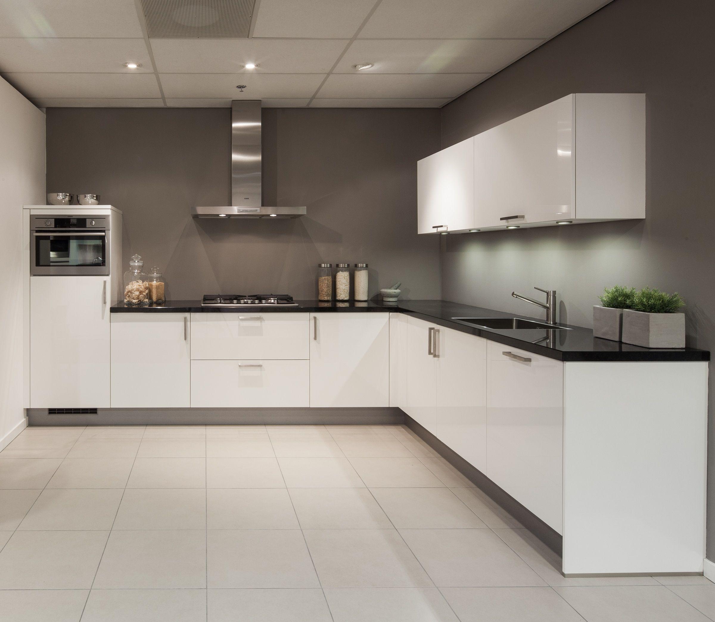 Hoogglans Wit Keuken Met Granieten Werkblad Alleen Dan Greeploos Zonder Bovenkasten En Dubbele Hoge Kast Keuken Ontwerpen Keuken Ideeen Modern Keuken Ontwerp