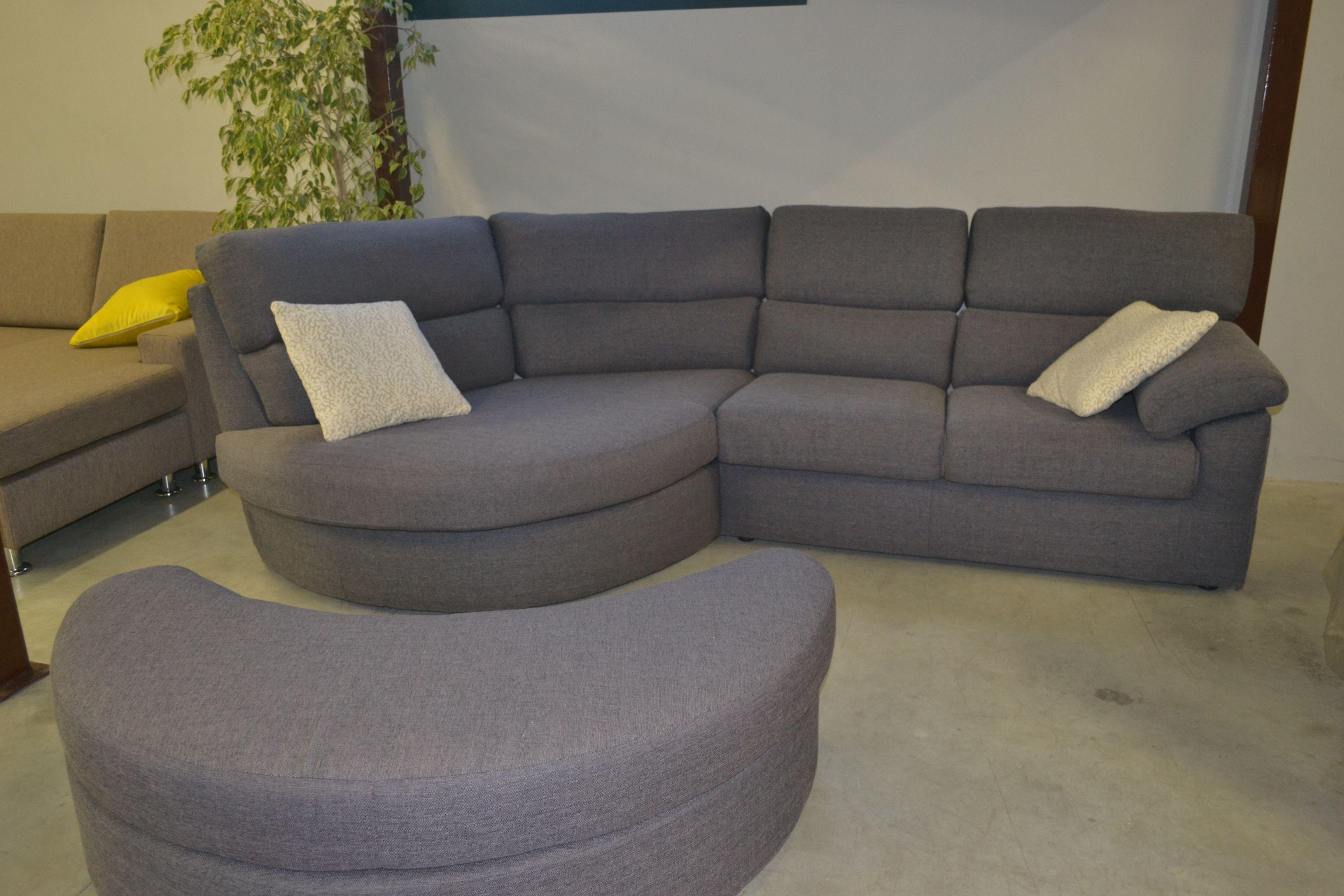 Divano ad angolo in tessuto con pouf a semi luna movibile divano