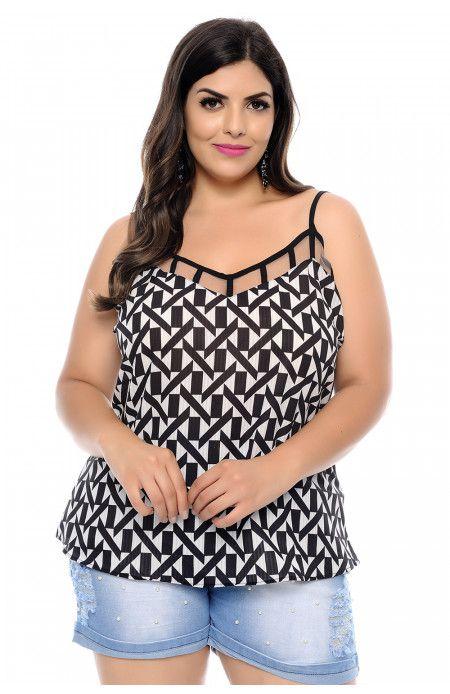 a538ef3fd Blusa plus size regatinha estampada nas cores branco e preto. Modelagem  soltinha com decote V