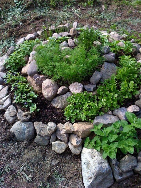 gartengestaltung mit deko aus steinen und gr nen pflanzen. Black Bedroom Furniture Sets. Home Design Ideas