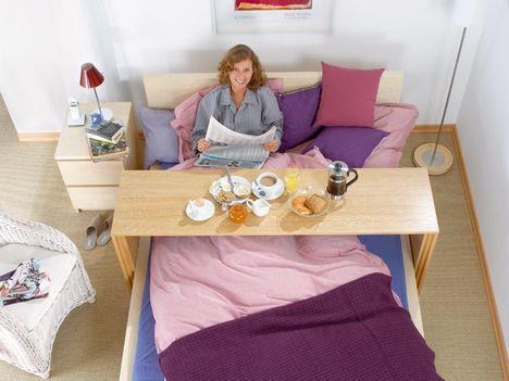 fr hst ck im bett mit einem selbst gebauten betttisch home pinterest selbst bauen bett. Black Bedroom Furniture Sets. Home Design Ideas