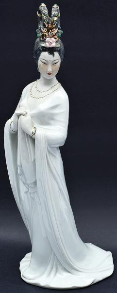 Escultura de porcelana chinesa representando uma dama, trajando elegantes vestimentas e com belo ado