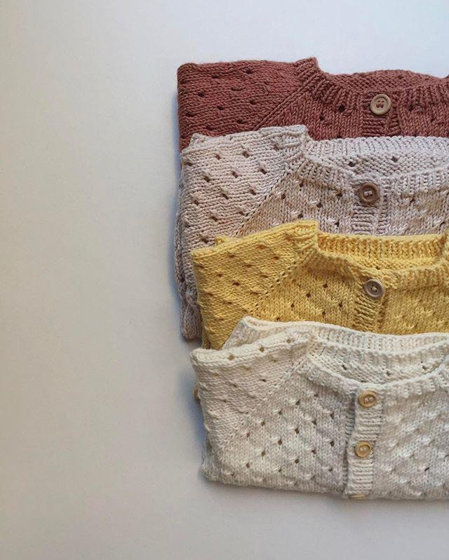 Annas Sommercardigan  Må også godt strikkes om vinteren ☝ Opskrift på www.petiteknit.com  _ Anna's Summer Cardigan  Pattern available in English at www.petiteknit.com ___________________________________________________ #knittersofinstagram #nevernotknitting #knitting #knit #strikk #strik #barnestrikk #børnestrik #babystrikk #strikkemamma #mammastrikk #i_loveknitting #strikkedilla #knitspiration #knitstagram #knitsforkids #sticka #stickning #petiteknit #annassommercardigan