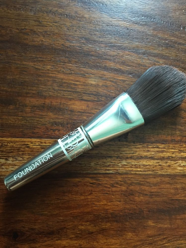 Dior travel size foundation brush Dior Travel size