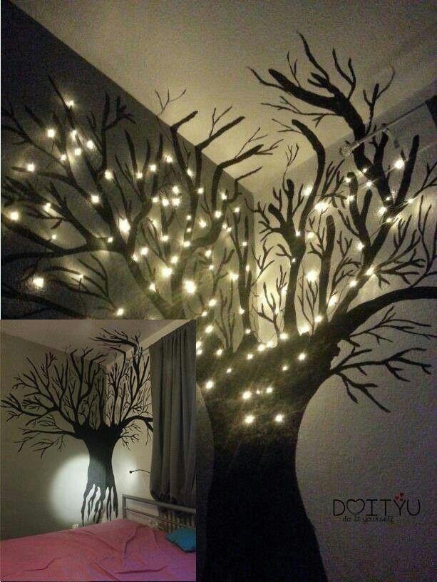 Fesselnd Mit Schwarzer Farbe Einen Baum An Die Wand Malen Und Anschliessend Led  Lichterketten Anbringen