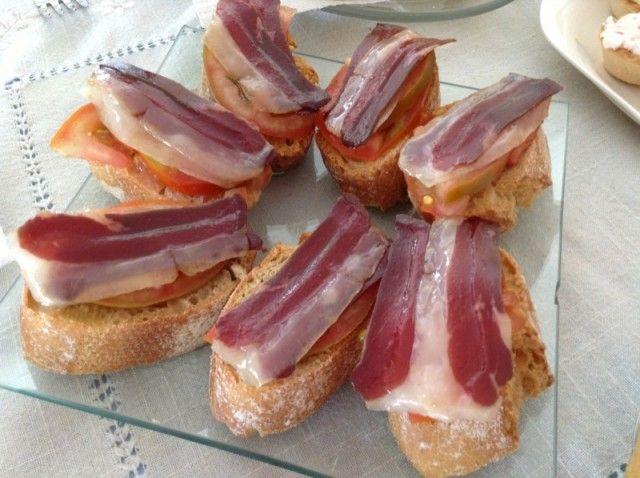 MONTADITO DE JAMON DE PATO. Es una tontería de tosta pero estaba buenísima, crujiente y con el aceite sudado del jamón... el juguito del tomate que están riquísimos últimamente (es la mejor época)... ¡¡Riquísimo!!