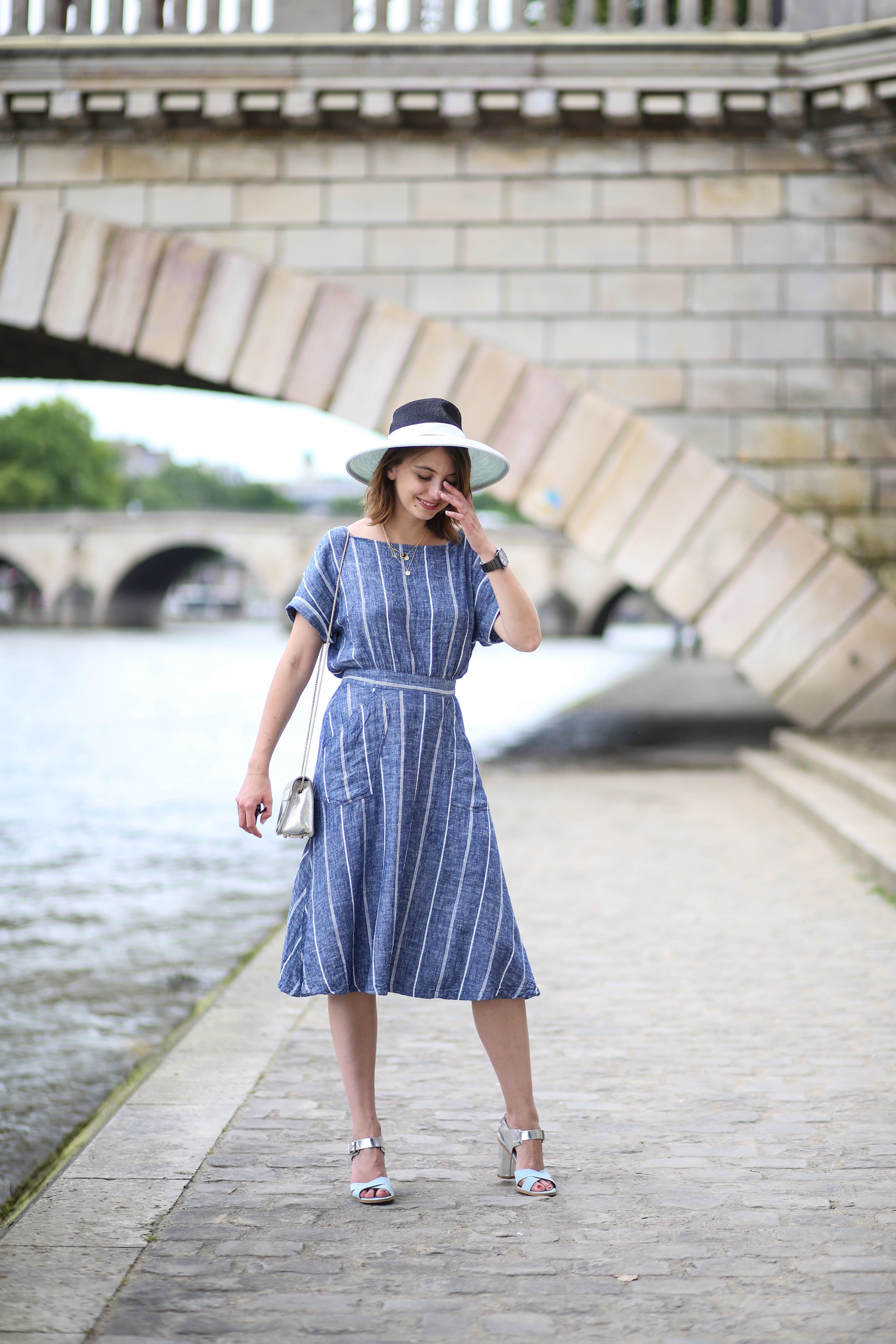 a8adf7c5ff97 Look ete robe retro soft grey mademoiselle chapeaux sarenza the brunette  blog mode paris-4