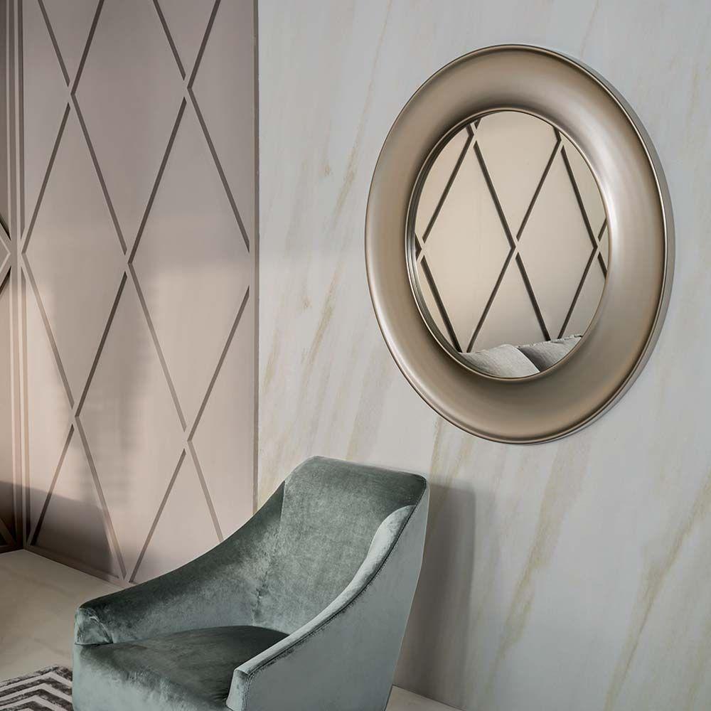 Runder Spiegel mit Holzrahmen bei milanari