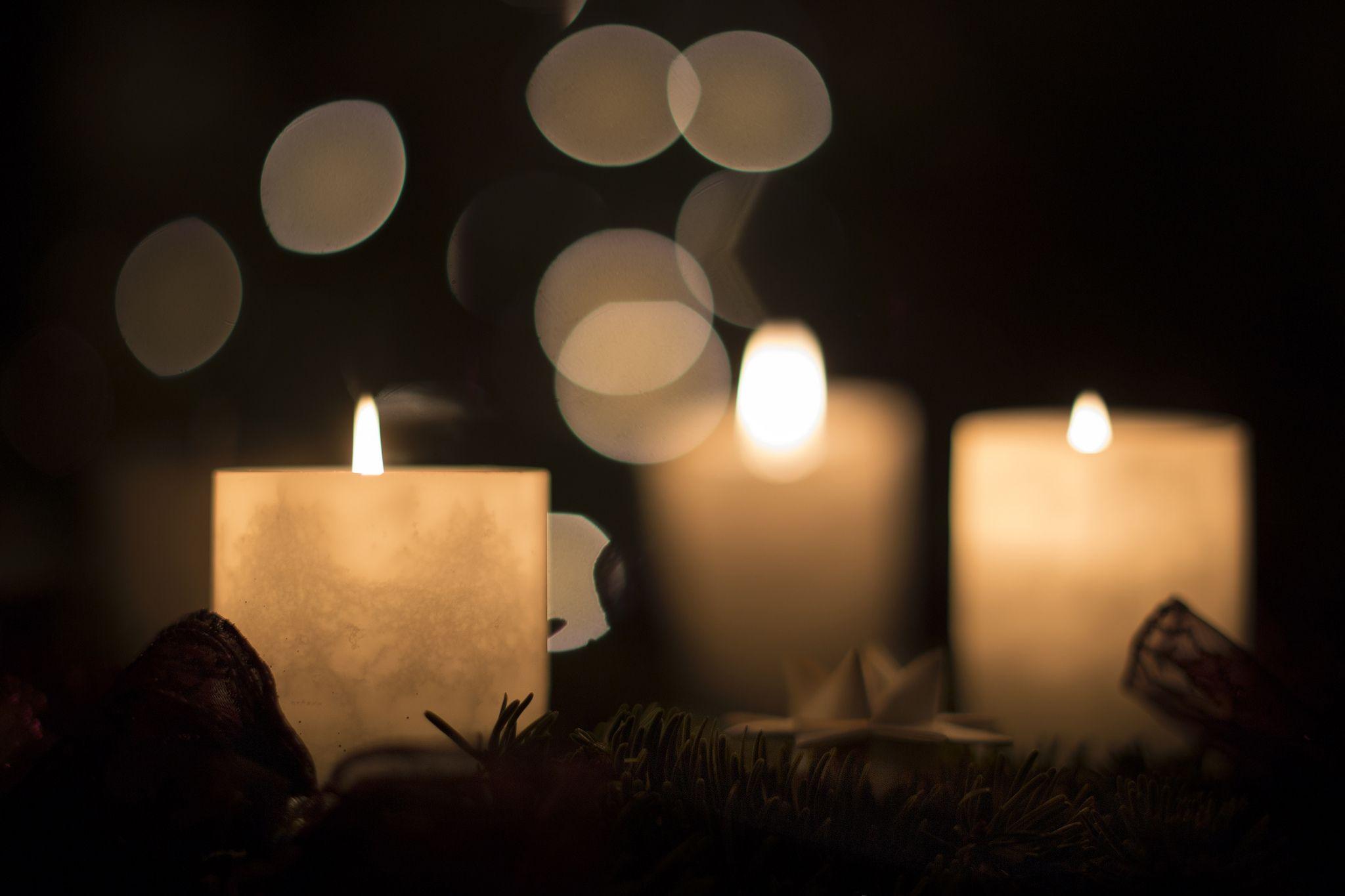 https://flic.kr/p/C1MTzM   Dritter Advent   Ich wünsche einen schönen dritten Advent. Wir haben gestern den Weihnachtsbaum aufgestellt. Er leuchtet im Hintergrund...  Kamera: Canon Eos 6D Objektiv: Canon FD 50mm 1:1.2  analoge Welten │ Facebook │ tumblr │ Wetter-Stream │ E-Mail