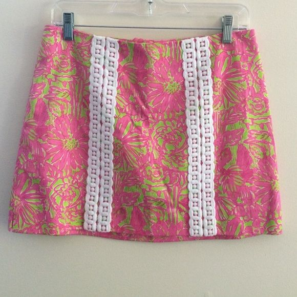 Lilly Pulitzer pink print skort skirt 2 Like new Lily Pulitzer pink print skorts in size 2. Interior shorts lining. Zips at back. Pre-worn in excellent condition Lilly Pulitzer Shorts Skorts
