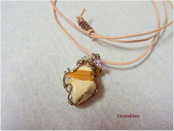 天然石ジャスパーをアンティーク色のスクエアワイヤーでラッピングしたネックレスです。天然石ジャスパーは身体のエネルギーと体のバランスを整えて感情を穏やかにし、ネ...|ハンドメイド、手作り、手仕事品の通販・販売・購入ならCreema。