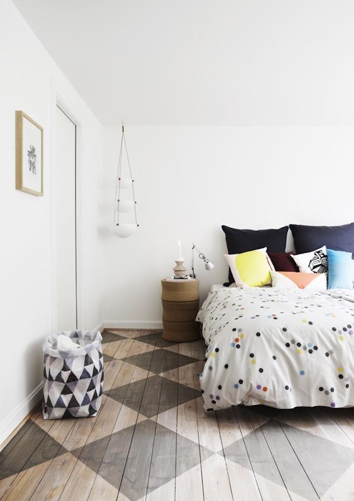 moderne schlafzimmergestaltung mit holzboden streichen muster in