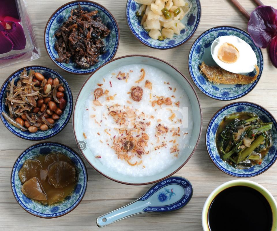 Sama Seperti Nasi Putih Biasa Bubur Nasi Ini Enak Dinikmati Dengan Pelbagai Jenis Hidangan Sampingan Biasanya Ia Dihidangkan Bersama Ikan Bilis Gore Food Menu