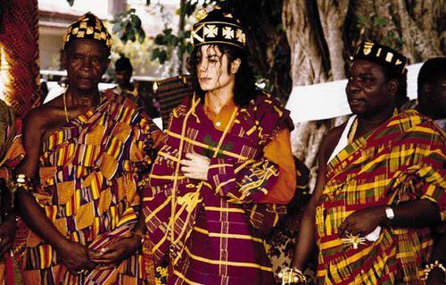 "Michael Jackson enstoolment as ""Prince Amalaman Anoh"" of Anyi kingdom of  Krindjabo,Ivory Coast | Cartas para michael, Jackson, Michael jackson"
