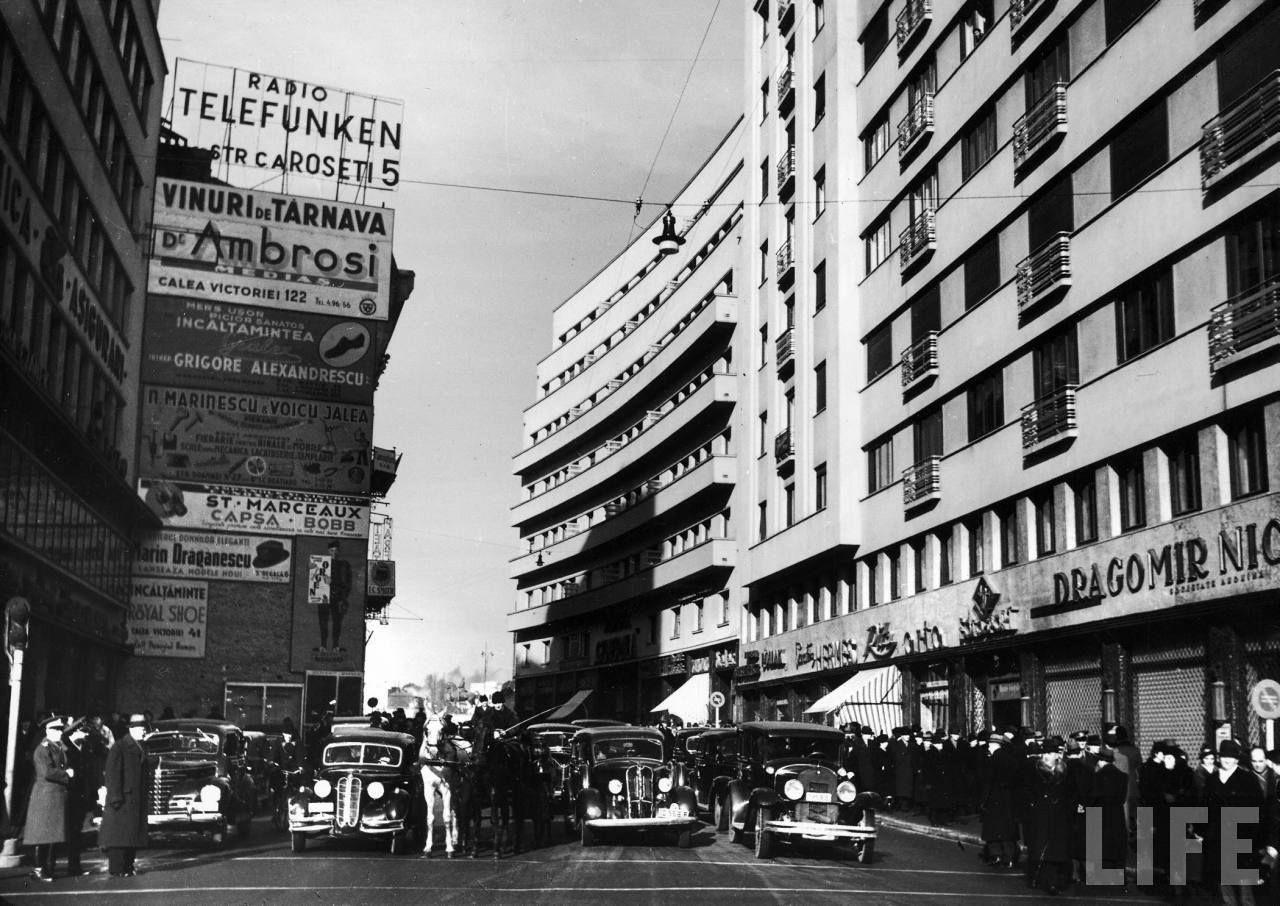 Calea Victoriei, 1940 În stânga, Blocul Adriatica(1937) şi un imobil pe locul căruia s-a construit în 1963 blocul Muzica, iar în dreapta blocurile Generala (1936) şi Dragomir Niculescu(1937) În fundal, se poate observa statuia Regelui Carol I, dezvelită la 10 mai 1939