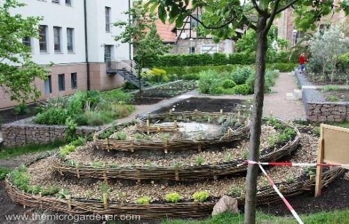 That woven edging is wonderulf 4 step guide to building a herb spiral gardens pinterest - Balkongarten anlegen ...