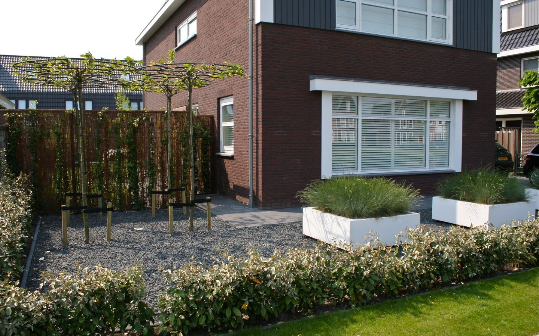 Strakke tuin bij vrijstaande woning in zwaag van veen for Ontwerp voortuin met parkeerplaats