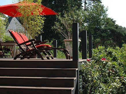 Wpc Stufen dunkelbraue stufen aus wpc auf terrasse im mediteranen design mit