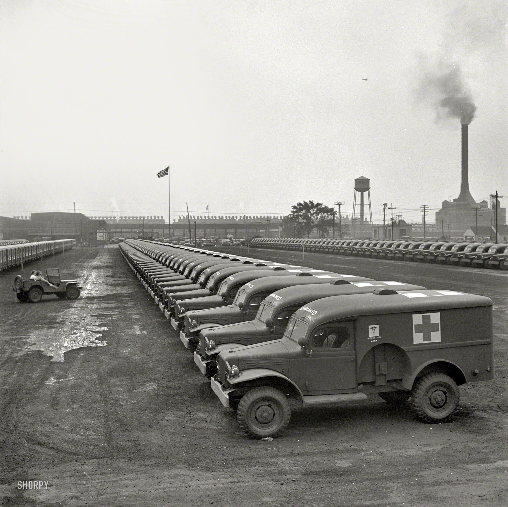 August 1942 Detroit Michigan Chrysler Corporation Dodge Truck Plant Dodge Ambulances Are Here Lined Up For Delivery To Met Afbeeldingen Militaire Voertuigen Militair Leger