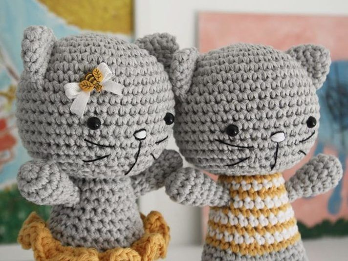 DIY-Anleitung: Amigurumi-Katzenpärchen mit Pulli und Rock häkeln via ...