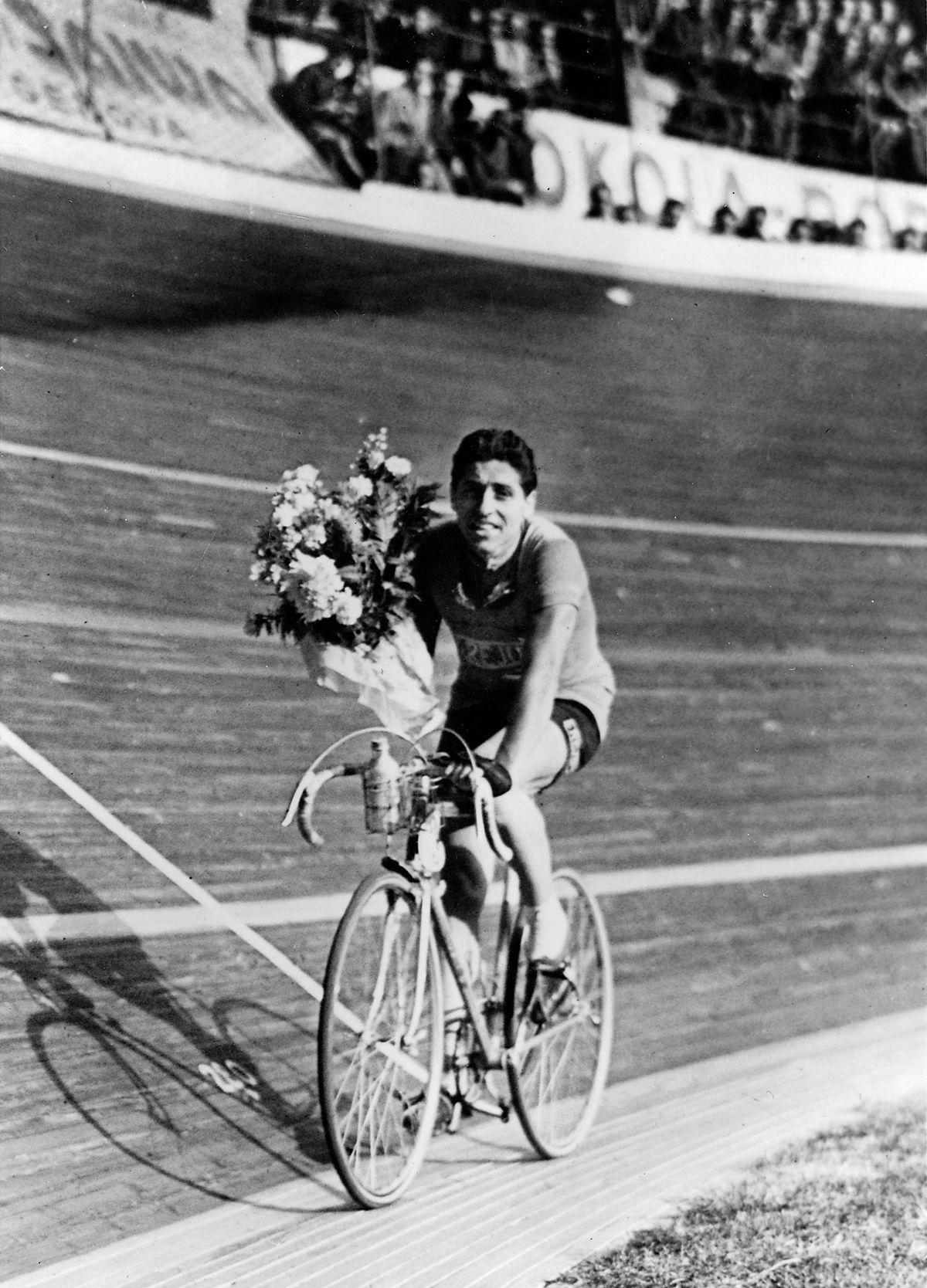 Giro di Lombardia 1938, 23 ottobre. Milano, Velodromo Vigorelli. Cino Cinelli (1916-2001) al giro d'onore