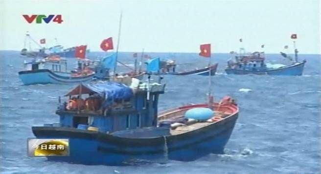 小琉球籍「振福祥號」船長陳信和向漁業電台表示,越南漁船連續3天都在台灣經濟海域內作業,每次通報海巡都不見海巡艦前來處理,根本氣炸,南巡局2日晚間回應,有前往驅趕,並呼籲漁民可用手機、相機等,蒐證外籍漁船名與作業狀況,才能執法。經小琉球漁會總幹事蔡寶興轉述,陳信和昨天發現20幾艘越南漁船,今日再次向漁業電台回報,連續3天在我國經濟海域內發現越南漁船,分佈在北緯21度至21度30分;東經117度45分至118度30分作…