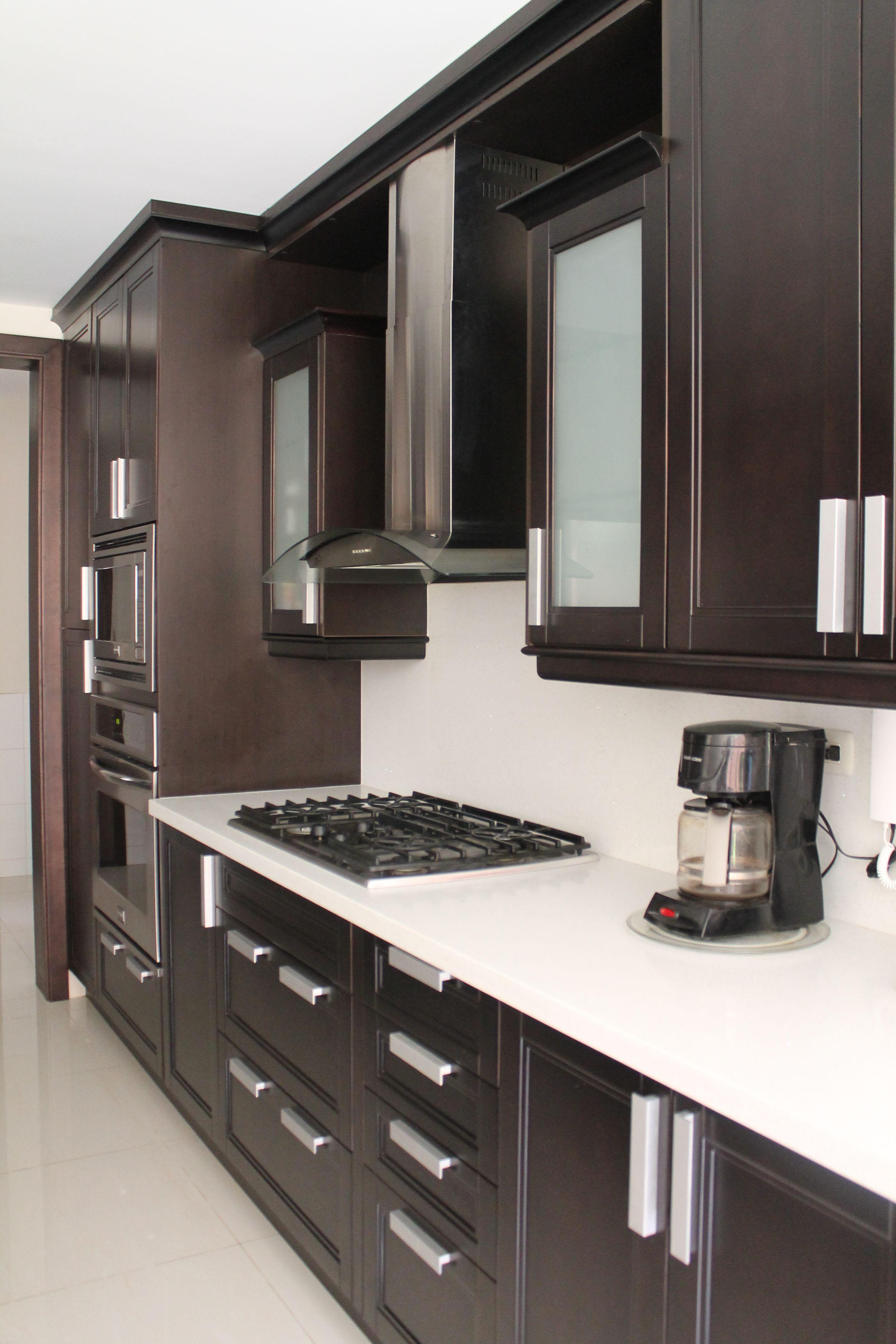 Cocina valencia wengu con cuarzo blanco tiempos de for Cocinas modernas apartamentos