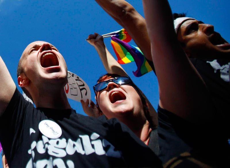 Imagen de http://static.chueca.com/image/2/5/29725_manifestacion-protesta-lgtb.jpg.