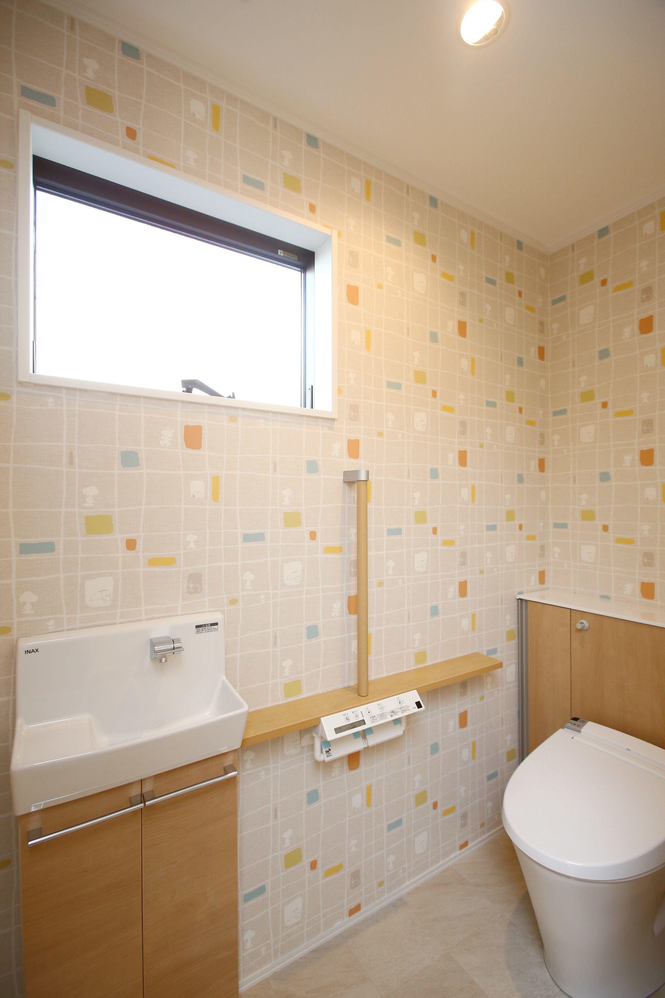 カラフルな模様の壁紙がかわいいトイレ トイレ 背面収納 手洗い器